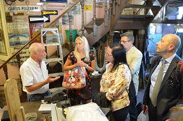 Conociendo las obras del Orfebre Juan Carlos Pallarols con los miembros de la RIET